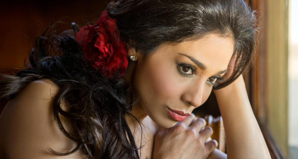 Guadalupe Paz sings Angelina in Rossini's La Cenerentola in Colombia